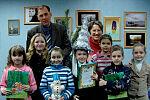 Победители конкурса журнала «Симбик» на награждении вместе с детским писателем Ильёй Тарановым